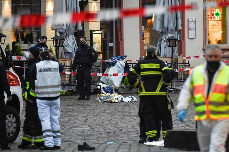 Policiais e paramédicos trabalham na região onde aconteceram os atropelamentos nesta terça (1º)