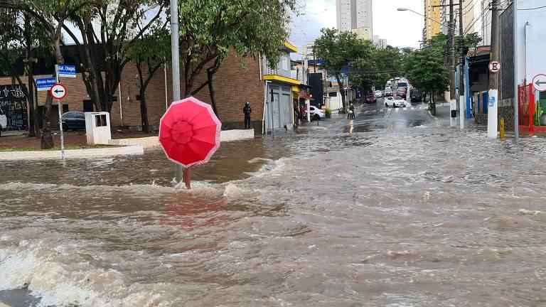 Chuva forte alaga região da avenida Abraão de Morais, na zona sul de São Paulo