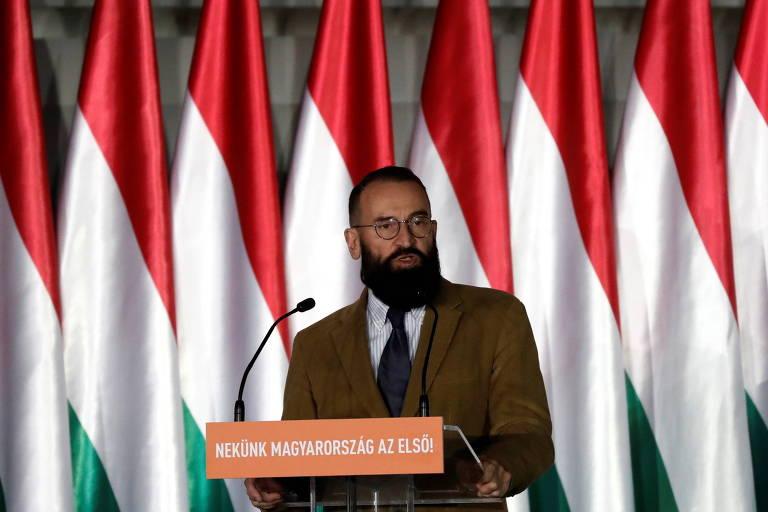 József Szájer usa terno e fala em um púlpito