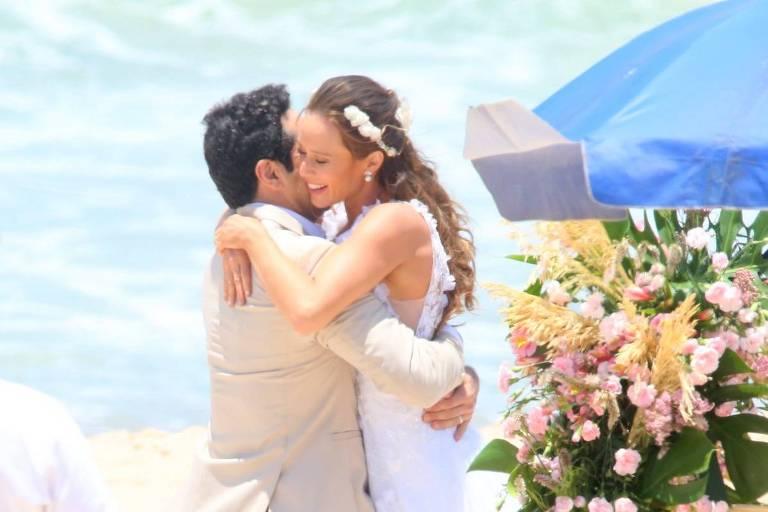 Mariana Ximenes e João Baldasserini gravam na Praia de Grumari, no Rio