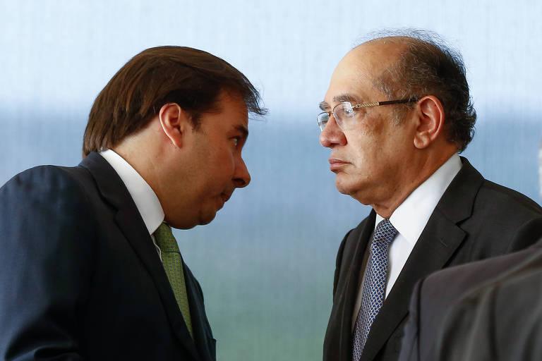 O presidente da Câmara, Rodrigo Maia, conversa com o ministro Gilmar Mendes, do STF, durante solenidade em Brasília
