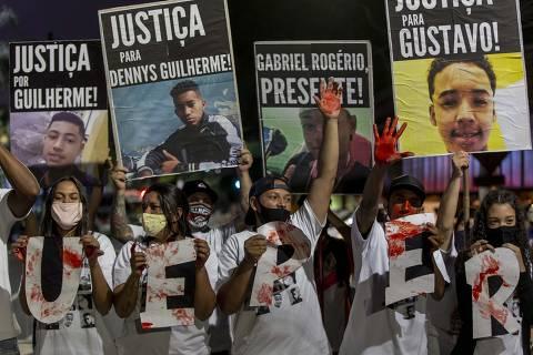 SÃO PAULO - SP - BRASIL - 01.12.2020 -18h00: UM ANO DO MASSACRE NA COMUNIDADE DE PARAISÓPOLIS. Familiares das vítimas do massacre no baile funk da DZ7 foram até o Palácio dos Bandeirantes para protestarem contra a impunidade dos policiais envolvidos na morte dos nove jovens que estavam no baile. Eles tentaram conversar com o governador João Dória (PSDB), que não os atendeu, tampouco deixou que chegassem próximo a entrada da sede do governo do estado.   (Foto: Adriano Vizoni/Folhapress, COTIDIANO) *** EXCLUSIVO FSP ***