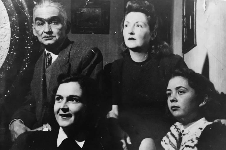 Monteiro Lobato ao lado da família, em foto de data desconhecida