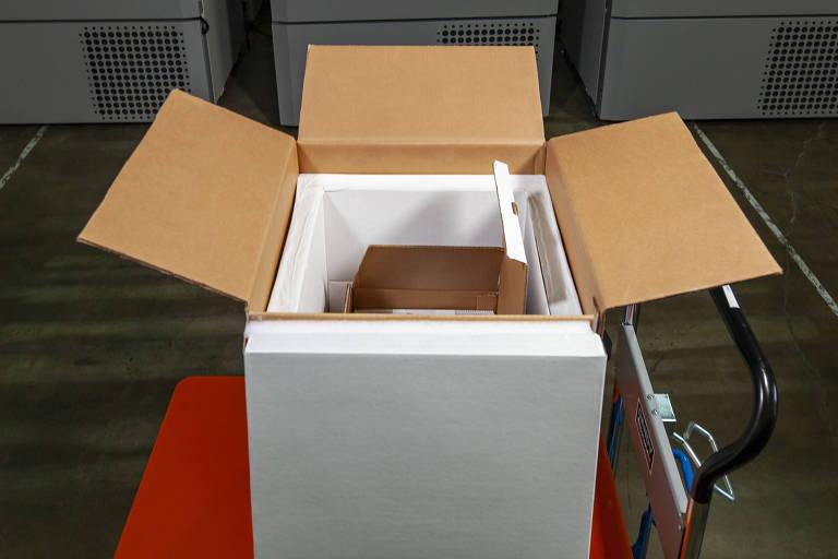 Caixa transportadora que conserva a vacina em -75ºC por 15 dias desenvolvida pela Pfizer