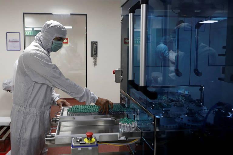 Profissional de saúde inspeciona doses da vacina Oxford/AstraZeneca no Serum Institute, na Índia, onde será produzida a candidata a vacina anti-malária