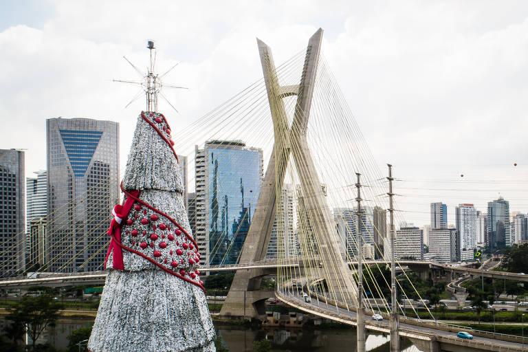 Árvore de Natal de São Paulo, patrocinada pela Coca-cola FEMSA Brasil, é montada na zona sul da cidade