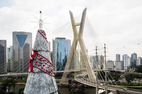SAO PAULO/ SP, BRASIL,  01.12.2020.  Arvore de Natal de São Paulo, patrocinada Coca-Cola FEMSA Brasil,  da cidade.Coronavirus o COVID-19.  (Foto: Zanone Fraissat/Folhapress, COTIDIANO)***EXCLUSIVO****