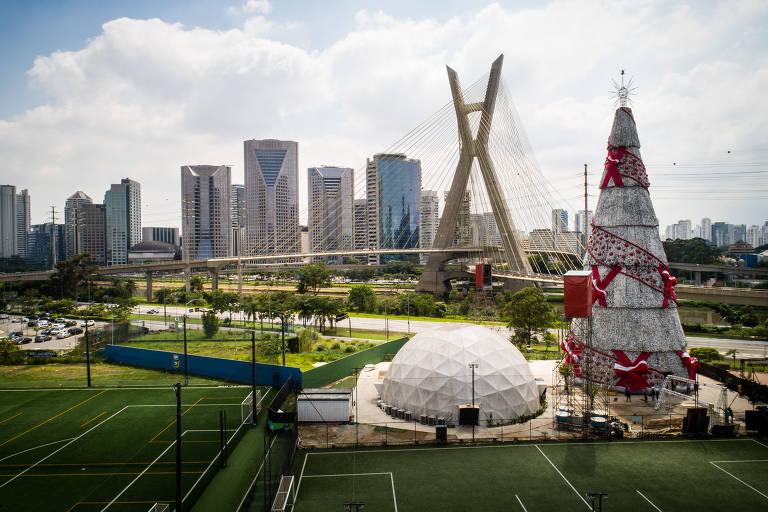 Árvore de Natal de São Paulo, patrocinada pela Coca-cola, montada perto da Ponte Estaiada, na zona sul