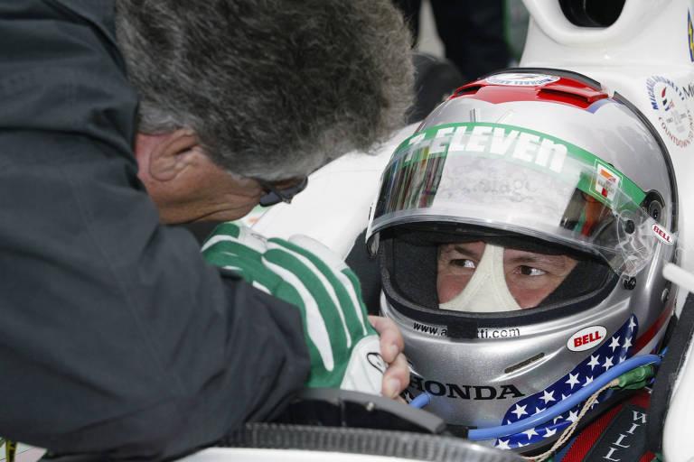 Mario Andretti, campeão mundial de F1 em 1978, conversa com o filho Michael antes das 500 Milhas de Indianápolis, em 2003. O herdeiro do campeão também correu na F1 em 1993