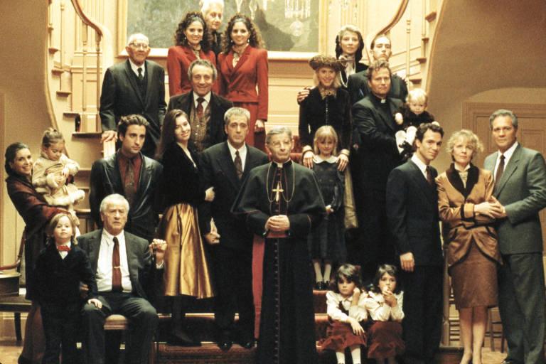 A família posa em frente a uma escada