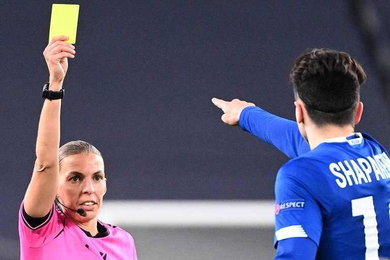 A árbitra francesa Stephanie Frappart mostra cartão amarelo para Nicholas Shaparenko, do Dinamo de Kiev
