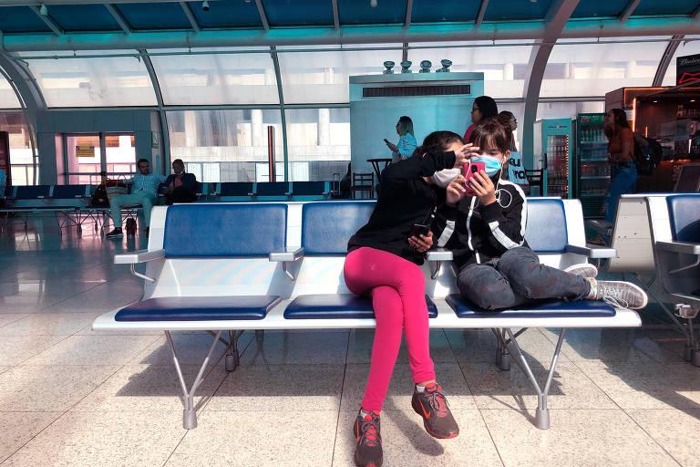 De máscara, passageiros aguardam para embarcar no aeroporto Santos Dumont, no Rio