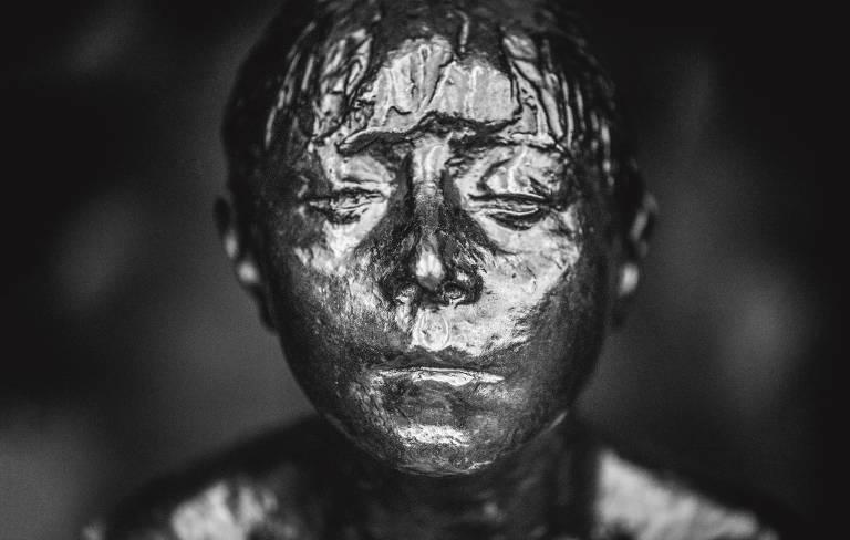 fotografia do rosto da escultura de bronze 'A Pequena Bailarina de 14 anos', de Degas