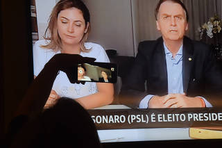 Eleitor assiste ao primeiro pronunciamento de Jair Bolsonaro nas redes sociais