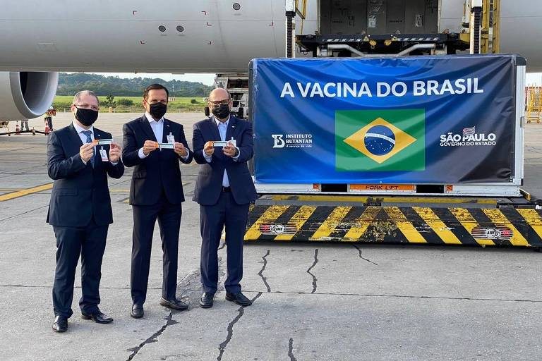 Governador João Doria (PSDB) ao lado do secretário de Saúde, Jean Gorinchteyn (à esquerda), e de Dimas Covas, diretor do Butantan, recebe na manhã desta quinta (3) mais uma carga de insumos da vacina Coronavac