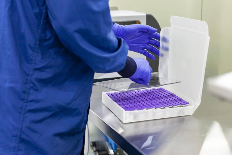 Bandeja com a vacina em desenvolvimento pela Pfizer e pela BioNTech