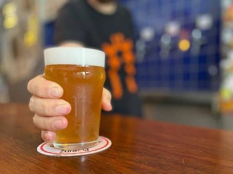 Copo de cerveja no balcão da cervejaria Zuraffa, em Pinheiros (zona oeste de São Paulo) - ORG XMIT: LOCAL2005261734990693