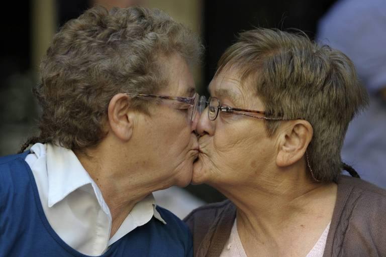casal de senhoras idosas se beija