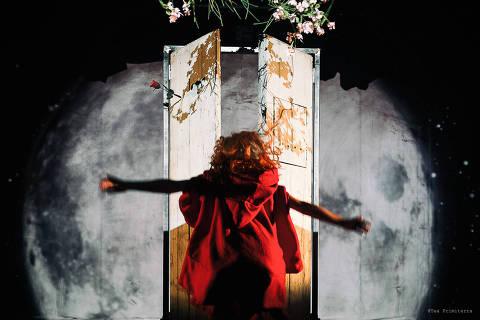 Cena de Capuccetto Rosso (Chapeuzinho Vermelho), da Companhia La Luna Nel Letto /Tra il Dire e il Fare Associação Cultural (Itália)