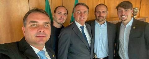 O presidente Jair Bolsonaro com os filhos, Flavio, Carlos, Eduardo e Renan. Foto @BolsonaroSP no Twitter.