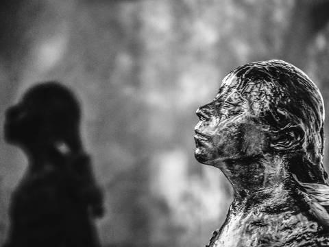 'La Petite Danseuse 3', fotografia de Sofia Borges da série 'Ensaio para uma Escultura', de 2020, exibida na exposição 'Degas', no Masp