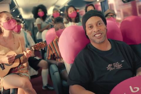 Ronaldinho Gaúcho em comercial da Buser, conhecida como Uber dos ônibus
