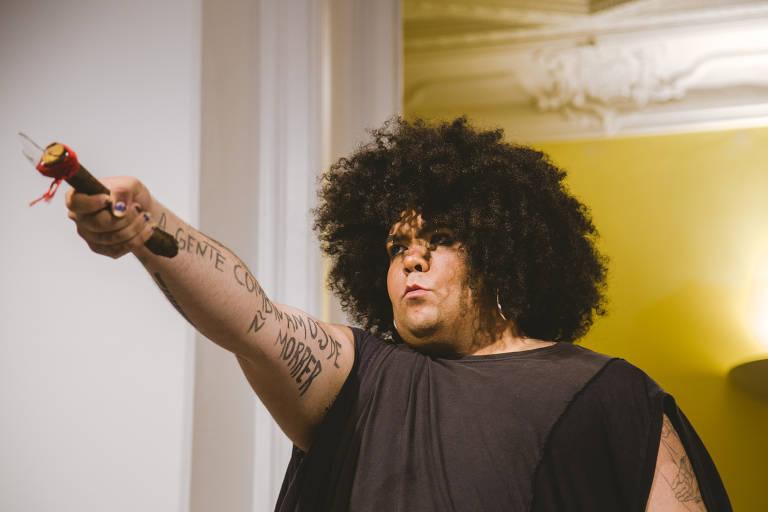 A artista Jota Mombaça, que participa da Flip em 2020, na performance 'A Gente Combinamos de Não Morrer'