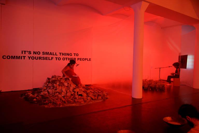 A artista Jota Mombaça, que participa da Flip em 2020, na performance 'Transition and Apocalypse' (transição e apocalipse), de 2019