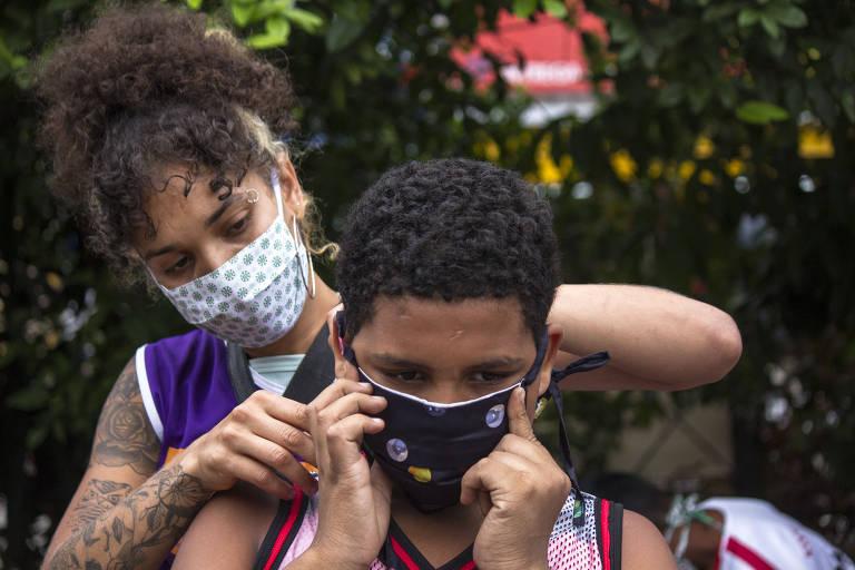 Distribuição de máscaras pela campanha Maré diz NÃO ao Coronavírus em favelas do Rio de Janeiro