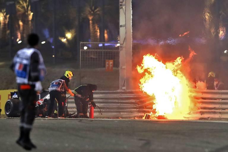Carro pegando fogo no autódromo