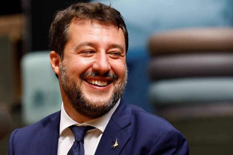 O líder da direita radical na Itália, Matteo Salvini, sorri durante entrevista coletiva na cidade de Catânia