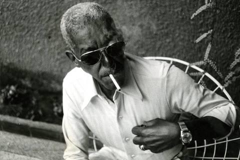 ORG XMIT: 002301_0.tif Música: o compositor, cantor e instrumentista Cartola em sua casa, no bairro de Jacarepaguá, zona oeste do Rio de Janeiro (RJ), durante a comemoração do seu aniversário de setenta anos. (Rio de Janeiro, RJ, 11.10.1978. Foto de Ubirajara Dettmar/Folhapress)