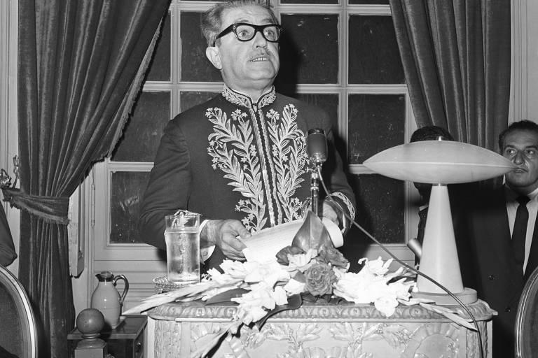 Homem branco de óculos em frente a bancada
