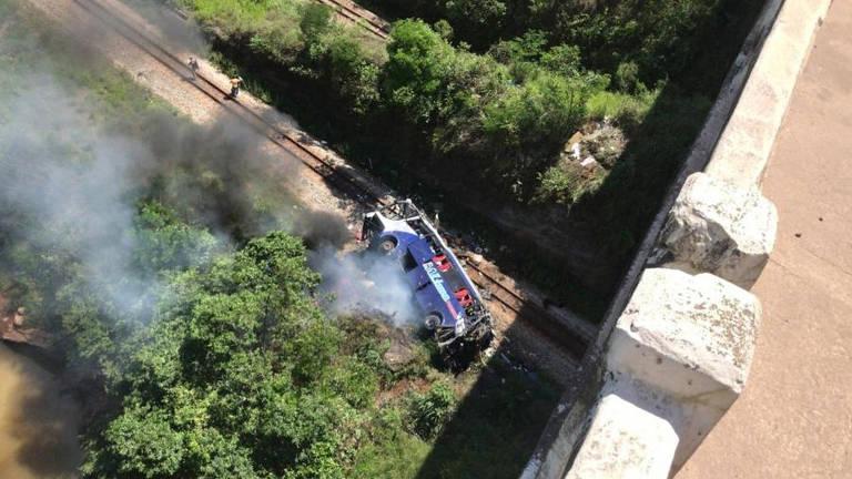 Ônibus cai de ponte em João Monlevade (MG)
