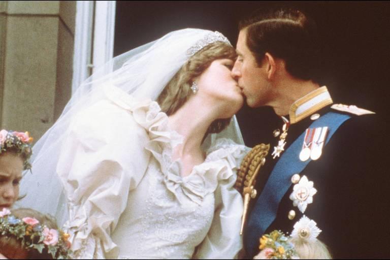 Charles e Diana se beijam após casamento em 1981