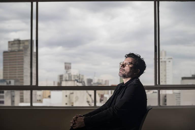 O escritor João Paulo Cuenca está sendo processado por pastores evangélicos que se sentiram ofendidos com uma postagem que o autor fez em sua rede social