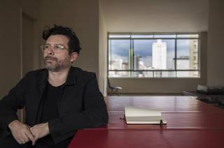 Coluna Monica Bergamo. Domingo. Retrato do escritor e jornalista Joao Paulo (JP) Cuenca,42,  em seu apartamento na Pca Roosevelt em SP onde mudou-se recentemente
