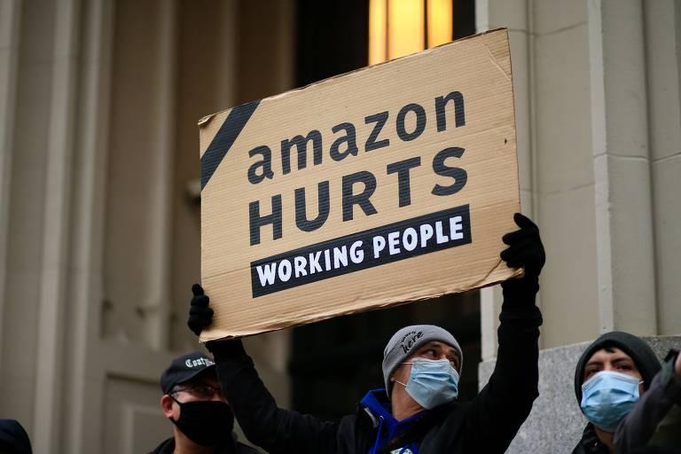 Protesto em Nova York no dia 2 de dezembro de 2020 critica políticas trabalhistas da gigante americana de e-commerce