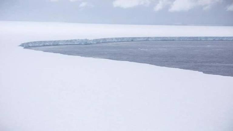 A68a é tão grande que não cabe em uma foto; mas ele está perdendo diversos blocos de gelo