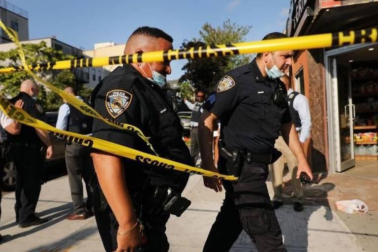Policiais americanos isolam cena de crime nos Estados Unidos