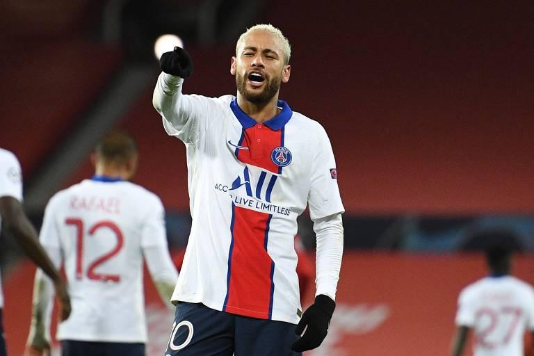 Neymar comemora gol contra o Manchester United na Inglaterra; sua equipe, o PSG, venceu os ingleses por 3 a 1, com dois gols do brasileiro