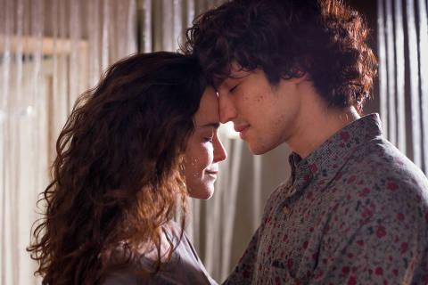 """longa """"Eduardo e Mônica"""" com os protagonistas Alice Braga e Gabriel Leone"""