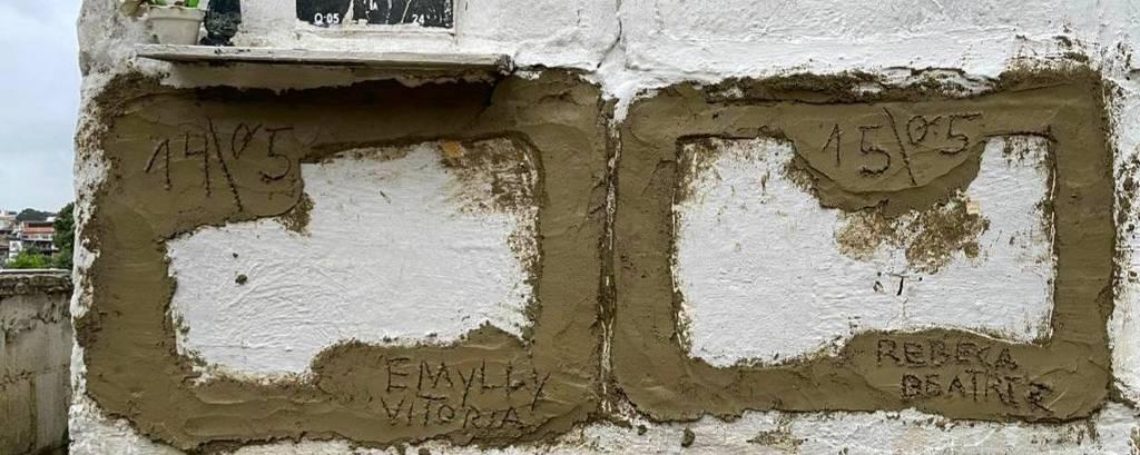 Túmulos de Emily Victória, 4, e Rebeca Beatriz Rodrigues dos Santos, 7, em cemitério de Duque de Caxias, na Baixada Fluminense; são dois túmulos de gaveta, lado a lado, caiados, fechados com cimento fresco no qual se escreveu o nome das meninas