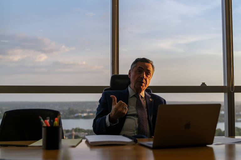 O ministro Luís Roberto Barroso, em seu gabinete no TSE