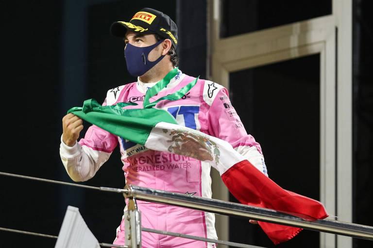 Serio Pérez comemora com bandeira do México após vencer o GP de Sakhir, no Bahrein