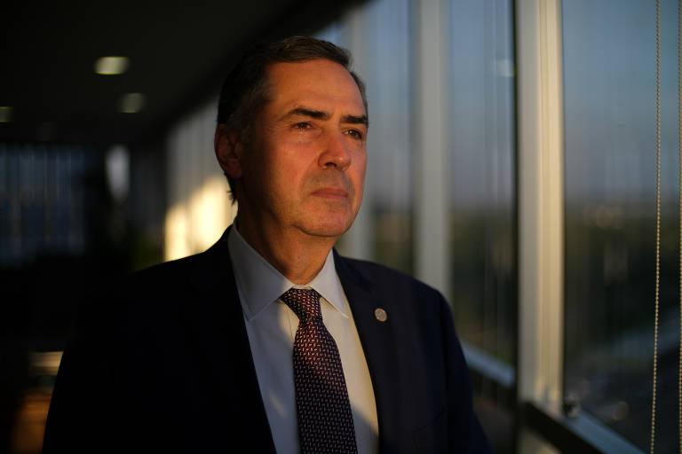 O presidente do TSE e ministro do STF, Luiz Roberto Barroso, durante entrevista à Folha em seu gabinete no Tribunal Superior Eleitoral