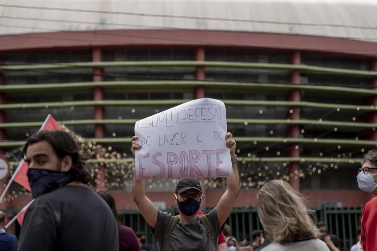 Protestante em frente ao complexo
