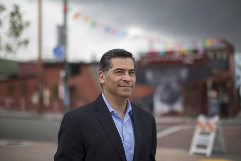 Xavier Becerra no bairro de Boyle Heights, em Los Angeles