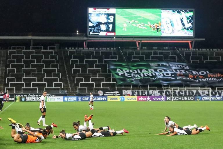 Jogadoras do Corinthians se jogam no gramado para comemorar o segundo gol na final do Brasileiro
