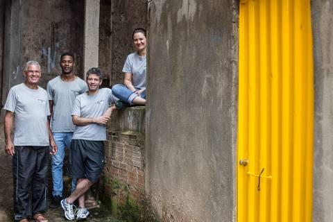 O gestor de obra Dário Leitão, o pedreiro Elizeu Rodrigues, o historiador Lucas Vasconcelos e a arquiteta Wanda Foresti, do projeto Arquitetos da Vila, uma das iniciativas que receberam aporte do Funda Volta Por Cima